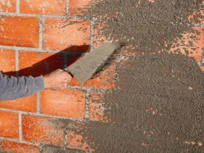Aplicação de chapisco sobre parede de blocos cerâmicos